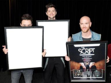 Звезды, журналы. Рамка, фотоэффект: The Script. Разместите свои фото в рамках, которые держат в своих руках музыканты ирландской соул-группы.
