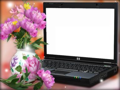 Фото на экране. Фоторамка в виде экрана ноутбука. Клавиатура, ваза, букет цветов, пионы.