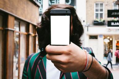 Приколы. Рамка, фотоэффект: Прикол с селфи. Мужской коллаж. Фотоприкол, фотомонтаж. Селфи. Мужчина с телефоном. Парень с длинными волосами. Город, улица.