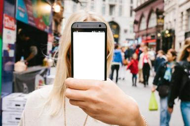 Приколы. Рамка, фотоэффект: Селфи блондинки. Фотоприкол для девушек. Фотомонтаж, коллаж. Селфи. Блондинка. Ваше фото на экране телефона. Смартфон. Улица. Большой город, пешеходы.
