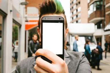 Приколы. Рамка, фотоэффект: Уличное селфи. Фотоприкол, фотомонтаж для парней, коллаж. Стильная прическа, зеленая прядь, хипстер. Улица, проспект, город. Селфи, смартфон, телефон.