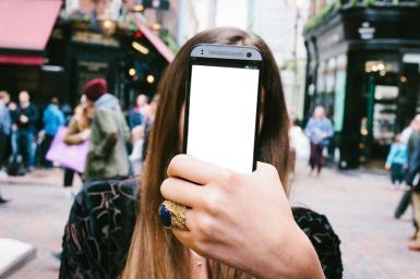 Приколы. Рамка, фотоэффект: Селфи на улице. Фотоприкол, фотомонтаж, коллаж для девушек. Ваше фото на экране смартфона. Улица большого города на заднем плане.