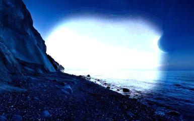 Ночной берег моря. Фоторамка с морским ночным пейзажем. Море, пляж, ночь, месяц, луна. Ночное звездное небо, галька, скала.