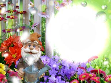 Фоторамка с садовым гномом. Открытка для садовода. Фигурка с гномом, старичок-лесовичок. Гном с лейкой в саду. Садовые цветы. Круглая фоторамка.