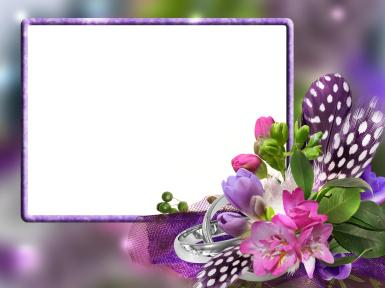 Женские. Рамка, фотоэффект: Лиловый букет с перьями. Фиолетовая фоторамка, букет цветов с перьями. Красивые перышки в белый горошек. Стильный букет цветов.