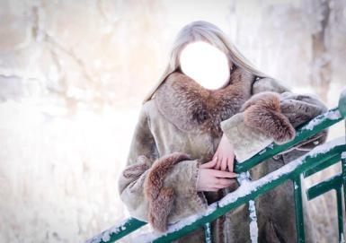 Женские. Рамка, фотоэффект: Блондинка. Зима, блондинка в белой шубе, облокотилась на металлические перила