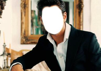 Мужские. Рамка, фотоэффект: Джентельмен. Молодой человек на фоне картины в золотой, тяжелой раме, в черном пиджаке и белой рубашке.
