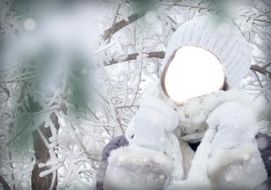 Прогулка. Девушка на прогулке в зимнем лесу