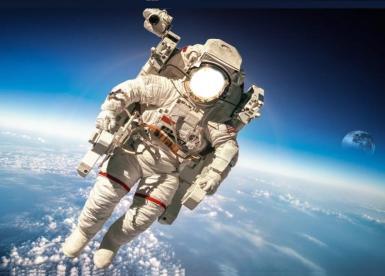 Всемирный день авиации и космонавтики. Фоторамка ко Дню космонавтики.. Космонавт в скафандре в открытом космосе, на фоне земли из космоса.